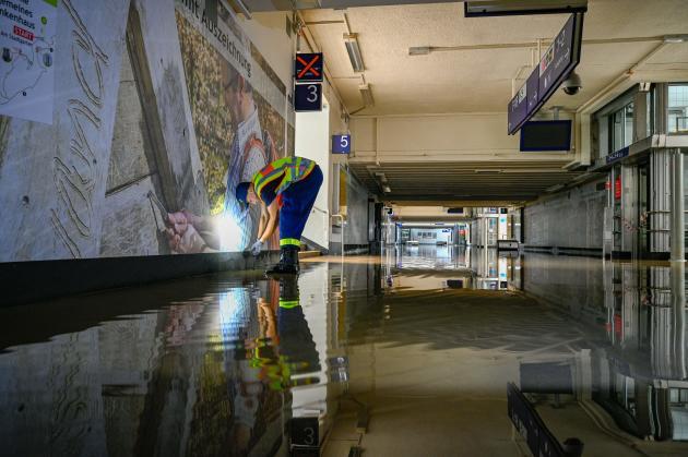 Réparations dans la gare inondée de Hagen-Priorei, en Allemagne, le 15 juillet 2021.