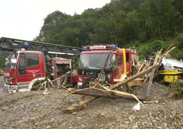 Des véhicules de pompiers immobilisés à Altenahr, en Allemagne, le 15 juillet 2021.