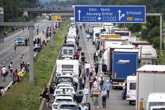 Les inondations, en coupant les routes, ont provoqué de nombreuses interruptions de trafic, comme ici à Erftstadt, en Allemagne, le 15 juillet.