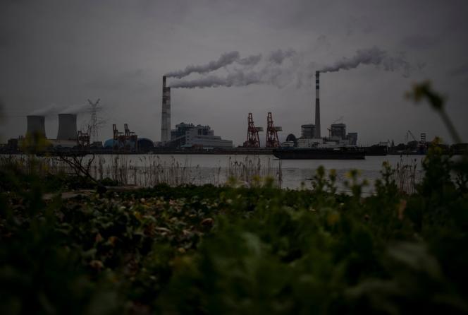 Le fleuve Huangpu et la centrale électrique au charbon de Wujing, à Shanghaï, le 21février 2017.