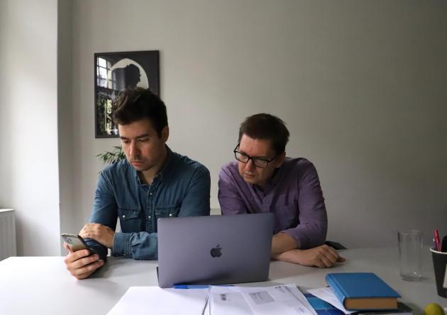 Deux des journalistes du site d'investigation hongrois Direkt36, Szabolcs Panyi et Andras Szabo.