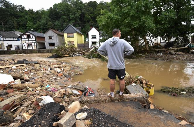 Un homme constate les dégâts après les inondations qui ont dévasté la ville de Bad Muenstereifel, en Allemagne, le 16 juillet 2021.