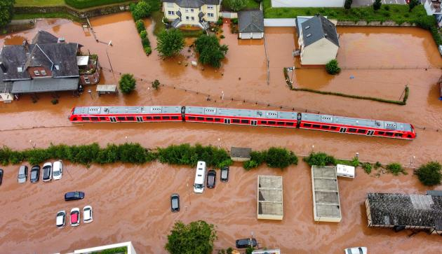 Un train immobilisé par la crue de la rivière Kyll à Kordel, en Allemagne, le 15 juillet 2021.