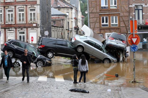 Amoncellement de véhicules charriés par la crue à Verviers, en Belgique, le 15 juillet 2021.