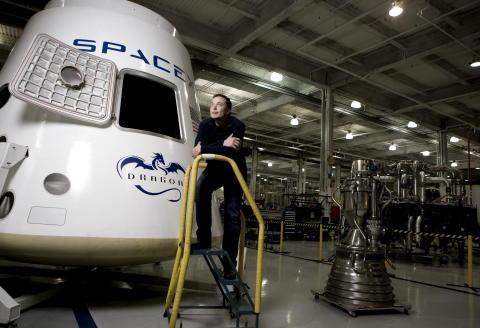 """Elon MUSK, jeune chef d'entreprise qui a fait fortune grâce à Internet, se lance à la conquête de l'espace. Avec sa nouvelle société, Space X, il veut organiser dans cinq ans des voyages autour de la lune : attitude rêveuse d'Elon MUSK posant dans l'usine de conception des fusées située au 1 Rocket Road à HAWTHORNE, Californie, devant la capsule """"Dragon"""" qui est testée en vue d'être utilisée pour le ravitaillement de la Station spatiale internationale avant de revenir sur Terre."""
