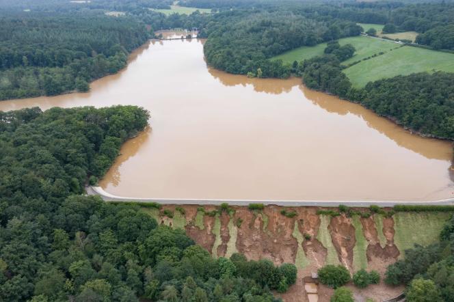 Vue aérienne du barrage hydraulique Steinbach, endommagé par les inondations, à Euskirchen, en Allemagne, le 16 juillet 2021.
