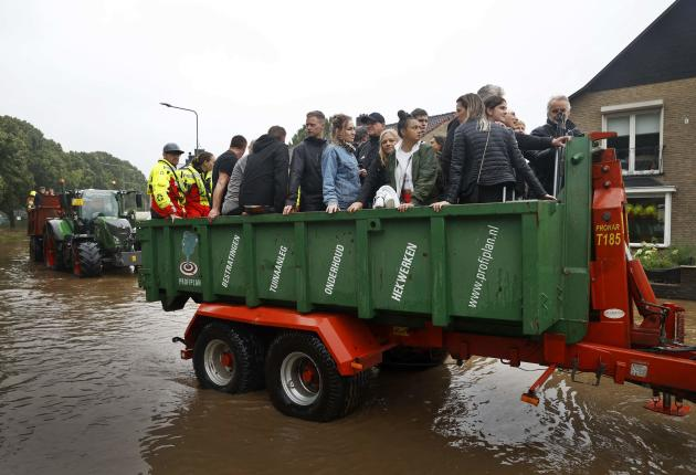 Les habitants sont évacués de leur quartier inondé dans la province du Limbourg, aux Pays-Bas, le 15 juillet 2021.