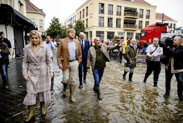 Le roi Willem-Alexander et la reine Maxima des Pays-Bas viennent constater les dégâts à Valkenburg, le 15 juillet 2021.