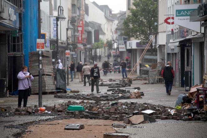 Une rue est envahie par les décombres après les inondations qui ont dévasté la ville d'Euskirchen, dans l'ouest de l'Allemagne, le 16 juillet 2021.