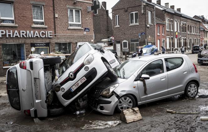 Des voitures sont entassées les unes sur les autres après les inondations, à Chênée, un quartier de Liège (Belgique), le vendredi 16 juillet 2021.