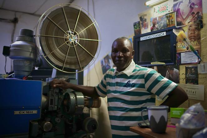 Dramane Ouédraogo, projectionniste au Ciné Neerwayadepuis vingt-huit ans, en juillet 2021.