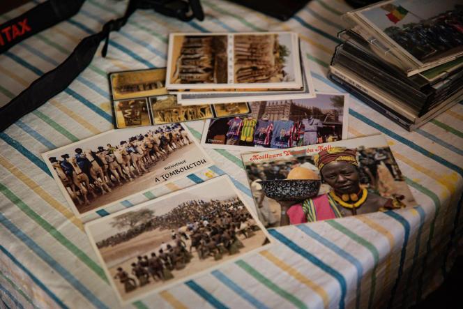 Des cartes postales produites par le photographe Diango Cissé, dans sa maison à Bamako, le 26 juin 2021.