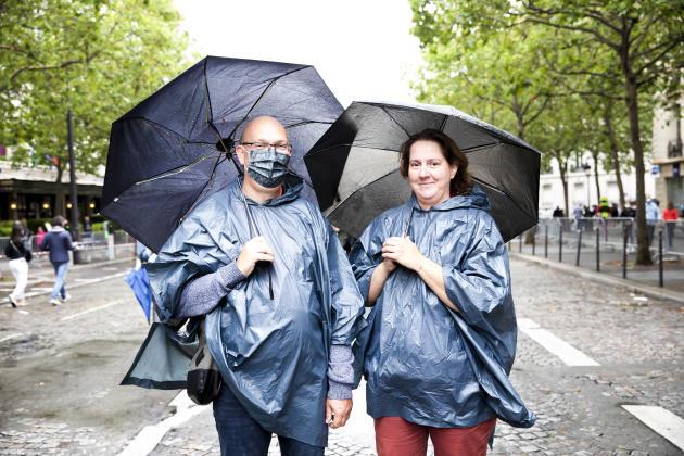 Avenue de Friedland à Paris, le 14 juillet. Michaël et Valérie Zwertvaegher respectivement 50 et 51 ans, lui est enseignant et elle exerce en tant que psychologue, assistent au défilé. « Contrairement à d'autres pays dans le monde, nous avons la chance de pouvoir nous faire vacciner gratuitement et rapidement. Si tout le monde ne joue pas le jeu, ça ne marchera pas.»