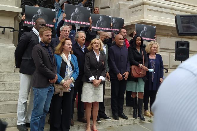 Rassemblement de soutien au journaliste Olivier Dubois devant la mairie du 10earrondissement de Paris, le 16 juillet 2021.