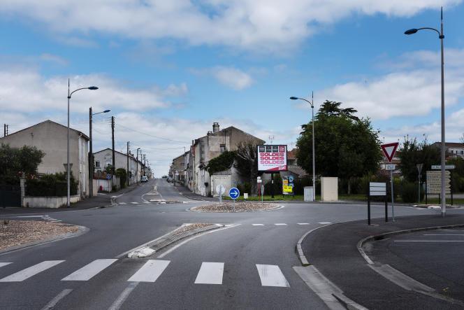 Rond-point sans nom sur la D731, à Châteaubernard (Charente), le 11 juillet 2021.