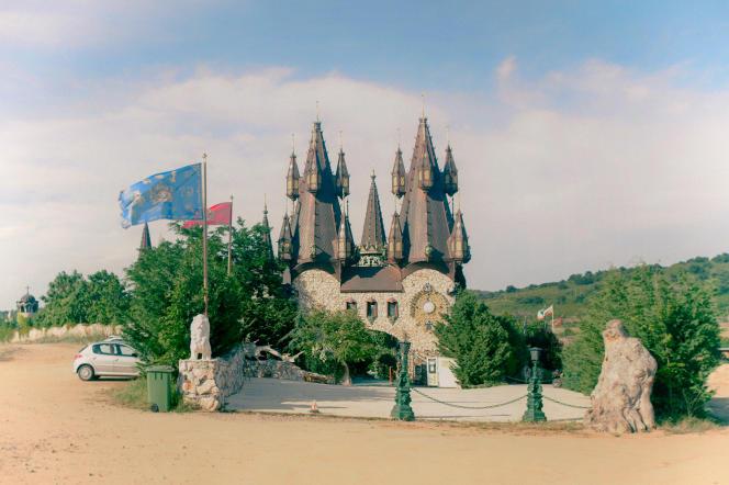 Le château Amoureux du vent de Ravadinovo. Une des fausses forteresses qui ont fleuri en Bulgarie.