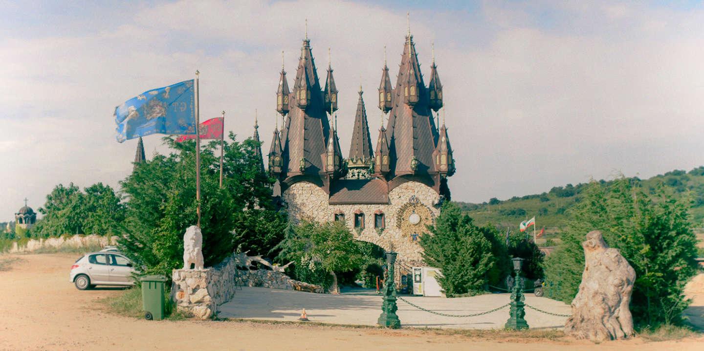 Aberrations archéologiques, rénovations grossières et corruption, les fantasques châteaux bulgares