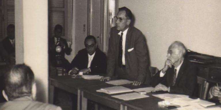 Ancel Keys (au centre, debout), Paul Dudley White (à sa gauche), et Flaminio Fidanza (à sa droite), lors d'une conférence de presse tenue à Gioia Tauro, Calabre, Italie, 1960
