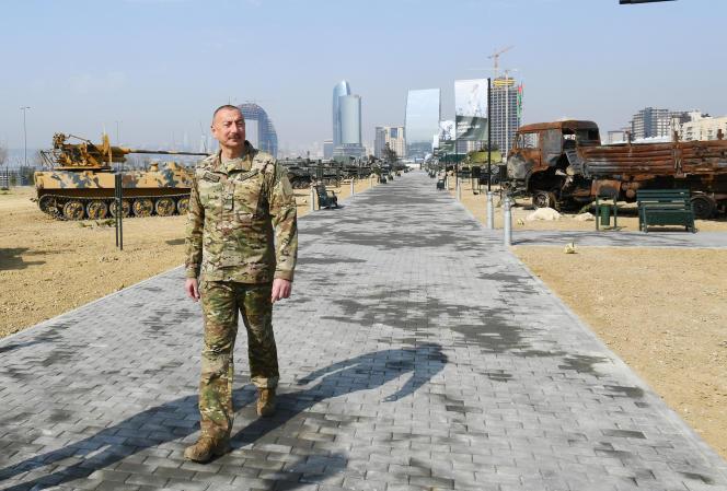 Le président azerbaïdjanais Ilham Aliev visite un lieu d'exposition de matériel militaire arménien saisi lors du dernier conflit dans le Haut-Karabakh, le 12 avril, à Bakou.
