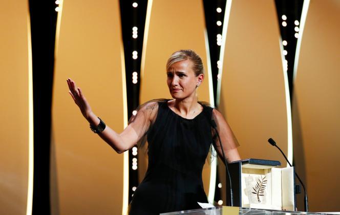 La réalisatrice française Julia Ducournau reçoit la Palme d'or pour son film «Titane », le 17 juillet 2021.