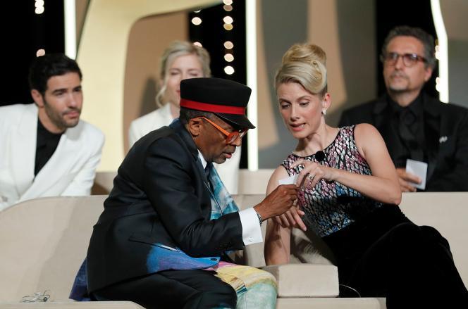 Le président du jury du 74e festival de Cannes, l'AméricainSpike Lee, aux côtés de l'actrice françaiseMélanie Laurent, le 17 juillet 2021, lors de la cérémonie de clôture.