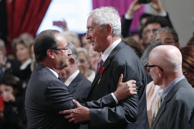Roger Fauroux est fait grand officier de la Légion d'honneur par le présidentFrançois Hollande le 18 septembre 2012 à l'Elysée, à Paris.
