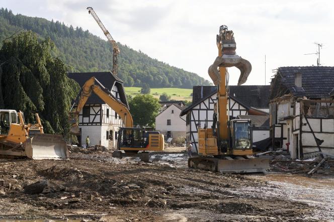 Prace porządkowe rozpoczęły się w gminie Schuld w zachodnich Niemczech w sobotę 17 lipca 2021 r.