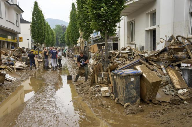 Des habitants enlèvent la boue et sortent les meubles des maisons dans le centre-ville de Bad Neuenahr, samedi 17 juillet 2021.