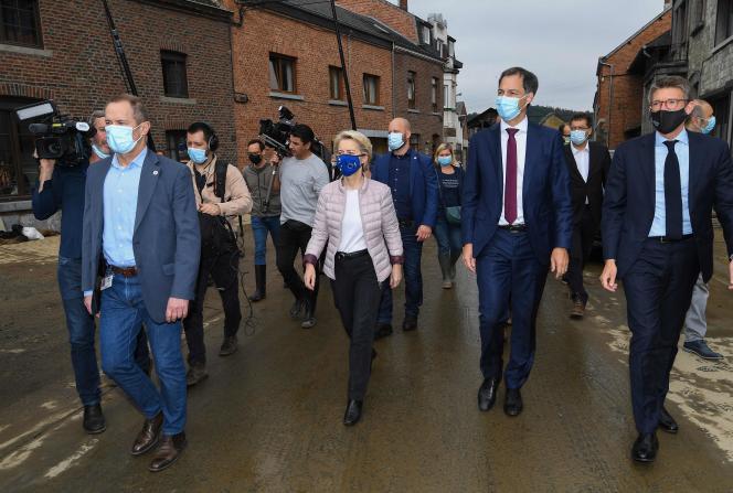 La présidente de la Commission européenne, Ursula von der Leyen, et le premier ministre belge, Alexander De Croo (2e à droite), à Rochefort, samedi 17 juillet 2021.