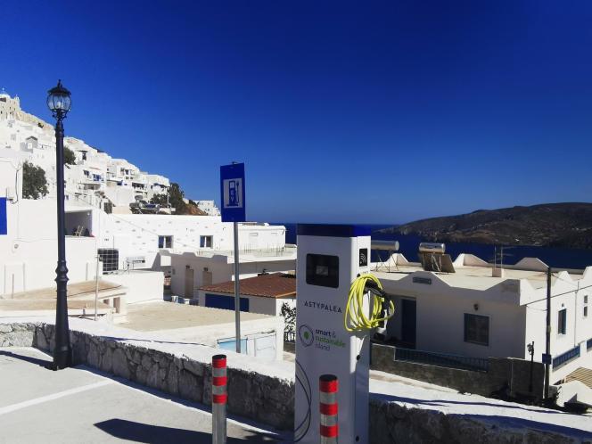 Une station de recharge de voitures électriques sur l'île d'Astypaléa (Grèce), le 2 juin 2021.