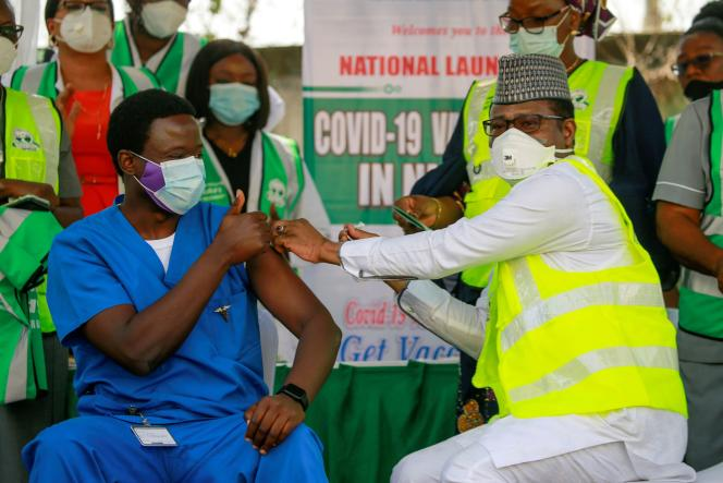 Un médecin reçoit une dose d'AstraZeneca à l'hôpital d'Abuja, Nigeria, le 5 mars 2021.