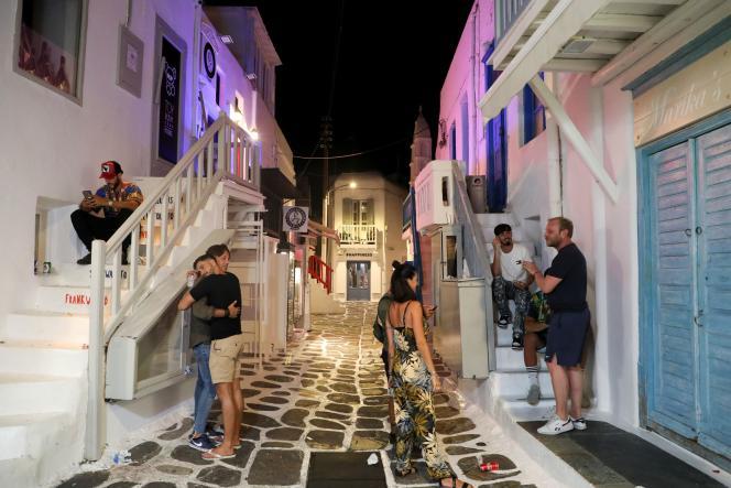 Des touristes dans une ruelle de Mykonos, au moment du couvre-feu, le 18 juillet 2021.
