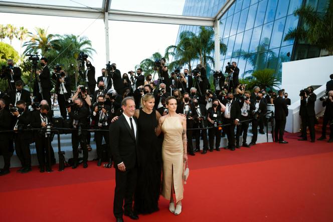 De gauche à droite : l'acteur Vincent Lindon, la réalisatrice Julia Ducournau et l'actrice Agathe Rousselle, le 17 juillet 2021, au Palais des festivals, lors de la soirée de clôture du 74e Festival de Cannes.
