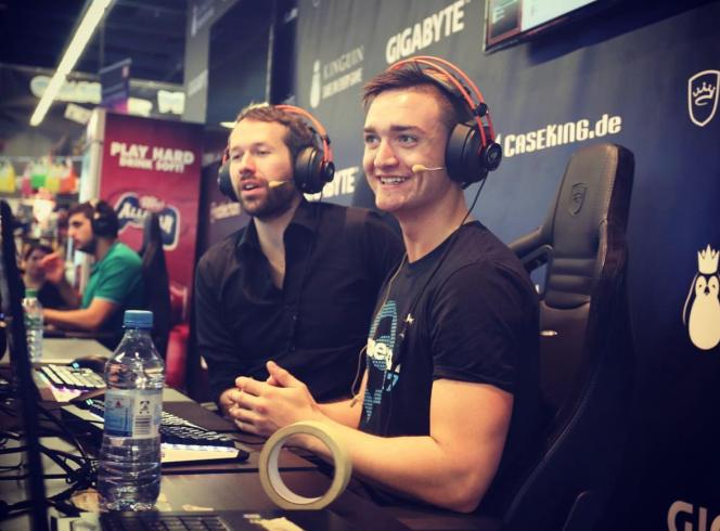 En août 2017, Tristan Berry, alias T90, est invité à commenterle tournoi d'«Age of Empires II» lors de la Gamescon, à Cologne. Il est accompagné (à gauche) d'un autre commentateur surnommé Nili.