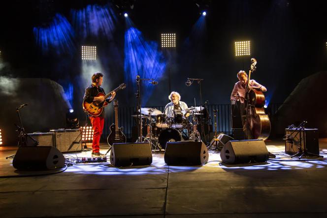 Sylvain Luc (guitare), André Ceccarelli (batterie) et Thomas Bramerie (basse) en concert, le 17 juillet 2021, au Théâtre de la Mer dans le cadre du festival Jazz à Sète.