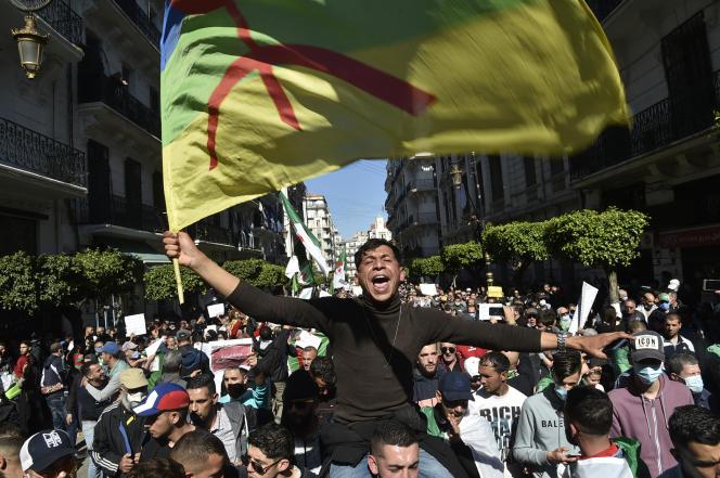 Le drapeau amazigh (berbère) lors d'une manifestation du Hirak, le 21 mars 2021 à Alger.