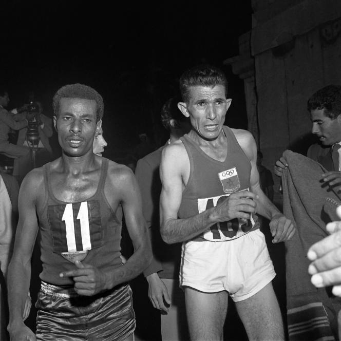 Le 10 septembre 1960, durant les Jeux olympiques de Rome, lors de l'épreuve du marathon,l'Ethiopien Abebe Bikila au coude-àcoude avec le Marocain Abdeslam Rhadi Ben Abdessalam, l'un des grandsfavoris de l'épreuve.