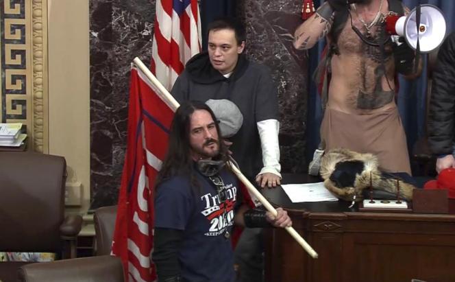 En esta captura de pantalla del video de la Policía del Capitolio, Paul Alert Hodgkins apareció a la cabeza dentro del Senado de los Estados Unidos el 6 de enero de 2021.
