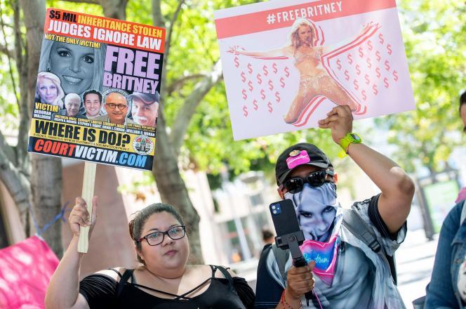 Des fans de Britney Spears manifestent leur soutien à la chanteuse, devant le tribunal de Los Angeles (Californie), le 19 juillet 2021.