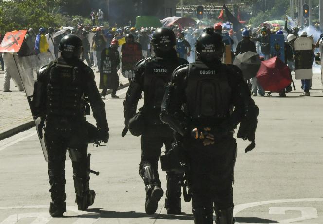 Des manifestants affrontent la police, à Bogota, le 20juillet 2021.
