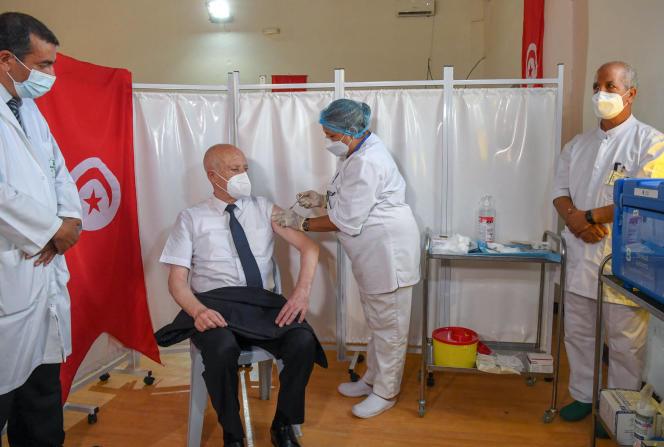 Vaccination du président tunisien Kaïs Saïed, le 12 juillet 2021 à Tunis.