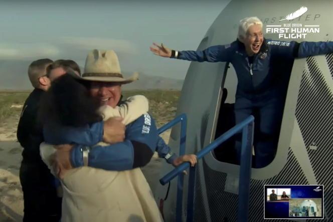 A leur sortie, les quatre passagers, en bonne état de forme, ont été accueillis par des cris de joie des équipes de Blue Origin. Jeff Bezos arborait un chapeau de cow-boy à sa sortie du module.