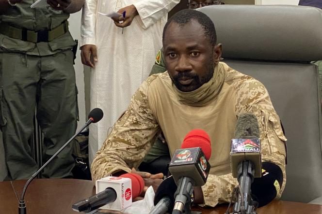 Le 19 août 2020, le colonel Assimi Goïta s'adresse à la presse au ministère de la défense du Mali à Bamako, après avoir confirmé son poste de président du Comité national pour le salut du peuple (CNSP).