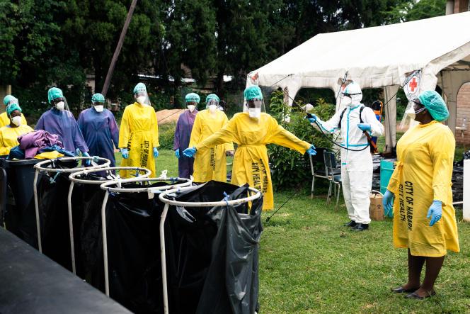 Des agents de santé sont désinfectés à Harare, la capitale du Zimbabwe, en février 2021.