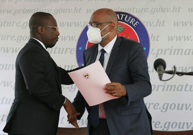 Le premier ministre par intérim Claude Joseph (à gauche) et le premier ministre désigné Ariel Henry (à droite), lors d'une cérémonie à La Primature, à Port-au-Prince, Haïti, le 20juillet 2021.