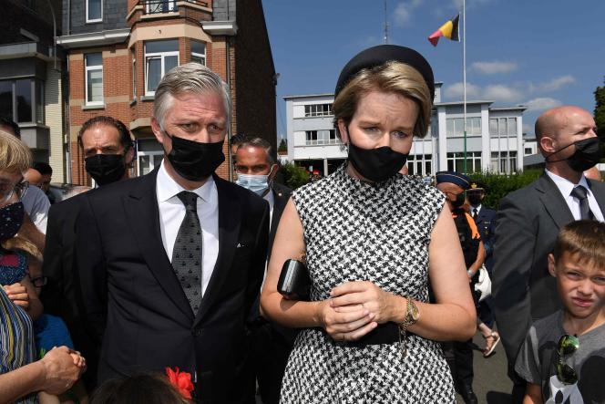 Mardi à la mi-journée, le roi Philippe et la reine Mathilde se sont recueillis à Verviers, dans l'est du pays, une des communes les plus durement touchées, en présence du premier ministre, Alexander De Croo, et de responsables politiques wallons.