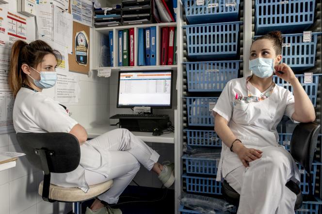 Blandine et Anaïs, soignantes à l'hôpital gériatrique des Charpennes,à Villeurbanne (Rhône), le 16 juillet 2021.