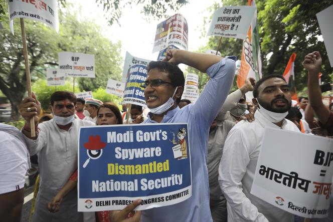 Des partisans du Parti du Congrès lors d'une manifestation accusant le gouvernement du premier ministre indien, Narendra Modi, d'utiliser un logiciel espion pour surveiller les opposants politiques, les journalistes et les militants, à New Delhi, le 20 juillet 2021.