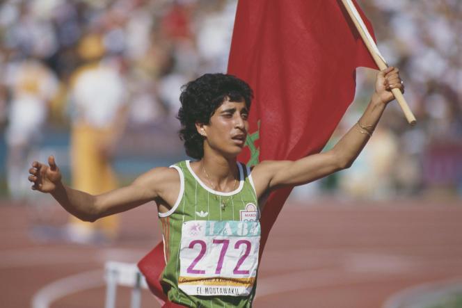 L'athlète marocaine Nawal Al-Moutawakel remporte la médaille d'or du 400 mètres haies féminin aux Jeux olympiques de Los Angeles, le 8 août 1984.