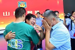 Les retrouvailles de Guo Xinzhen, 26 ans (de dos), et de ses parents, le 11 juillet 2021, à Liocheng, en Chine.